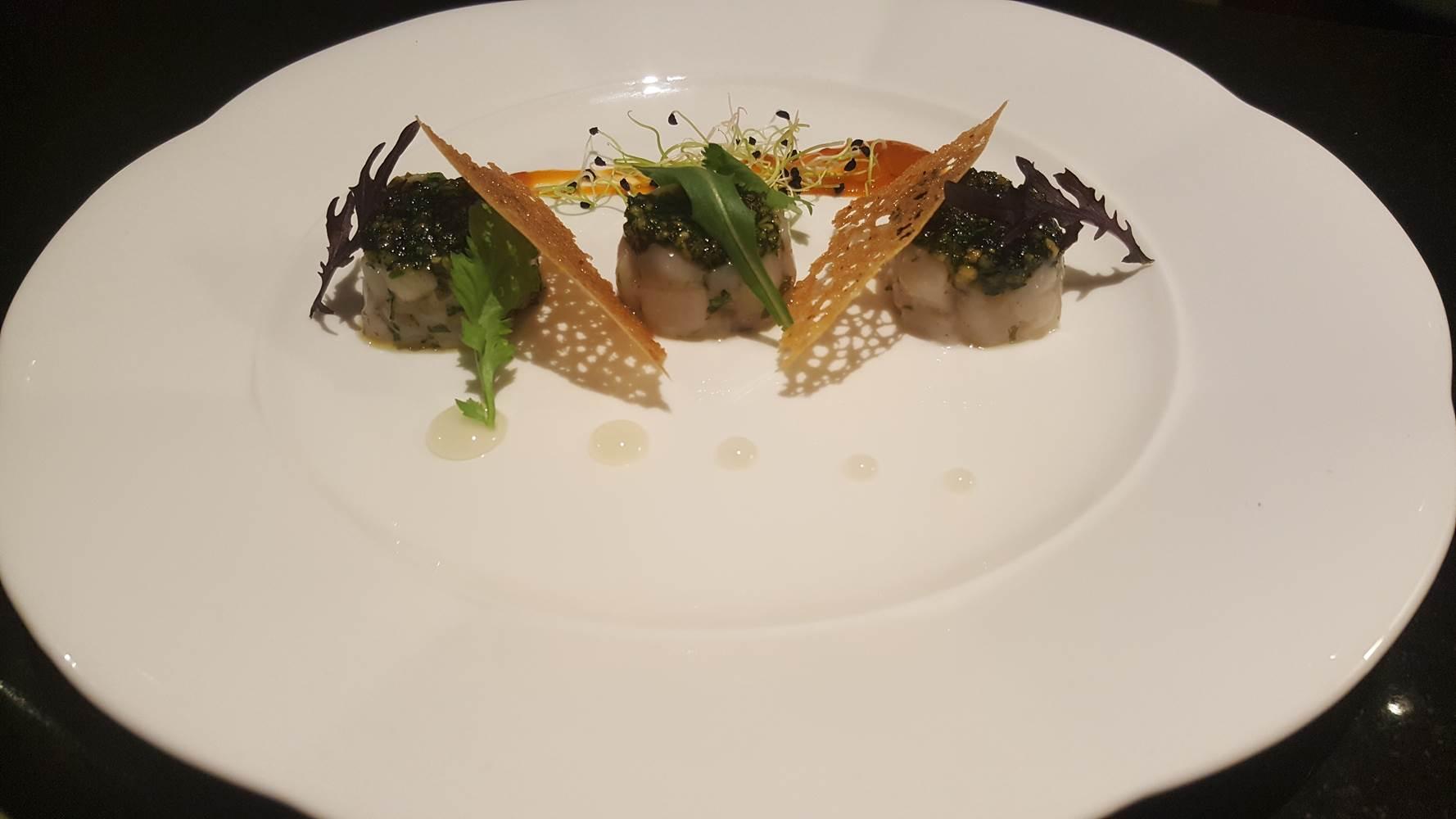 Tartare de noix de Saint-Jacques à la coriandre et à la noisette, vinaigrette au yuzu ©